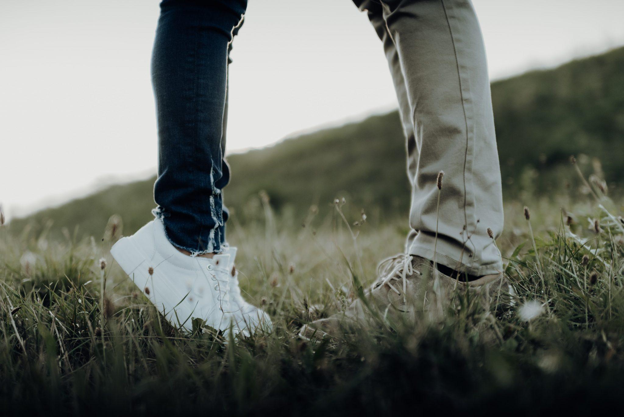 Nahaufnahme, Füße von Mann und Frau, sie steht auf Zehenspitzen