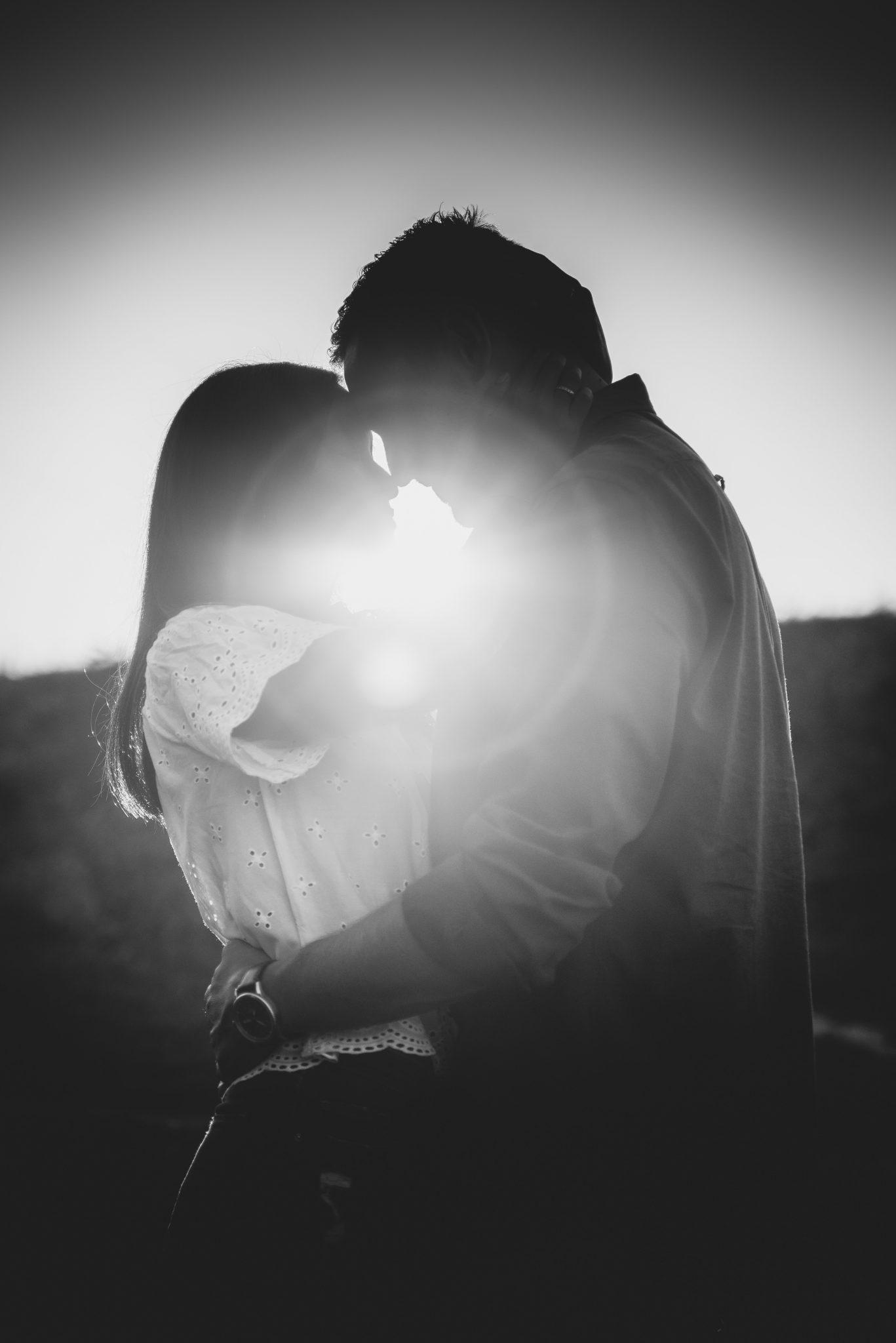 Mann und Frau schmiegen Nasen aneinander / schwarz-weiß