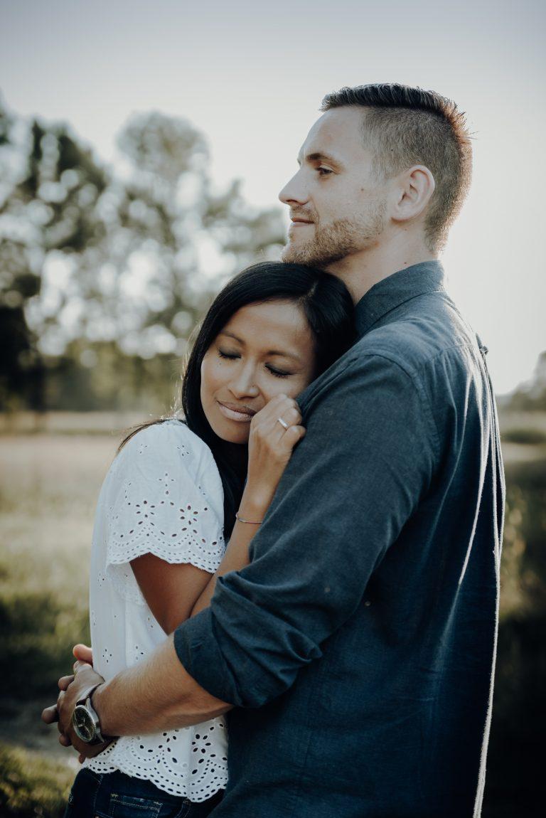 Frau lehnt sich an Mann, vertraut