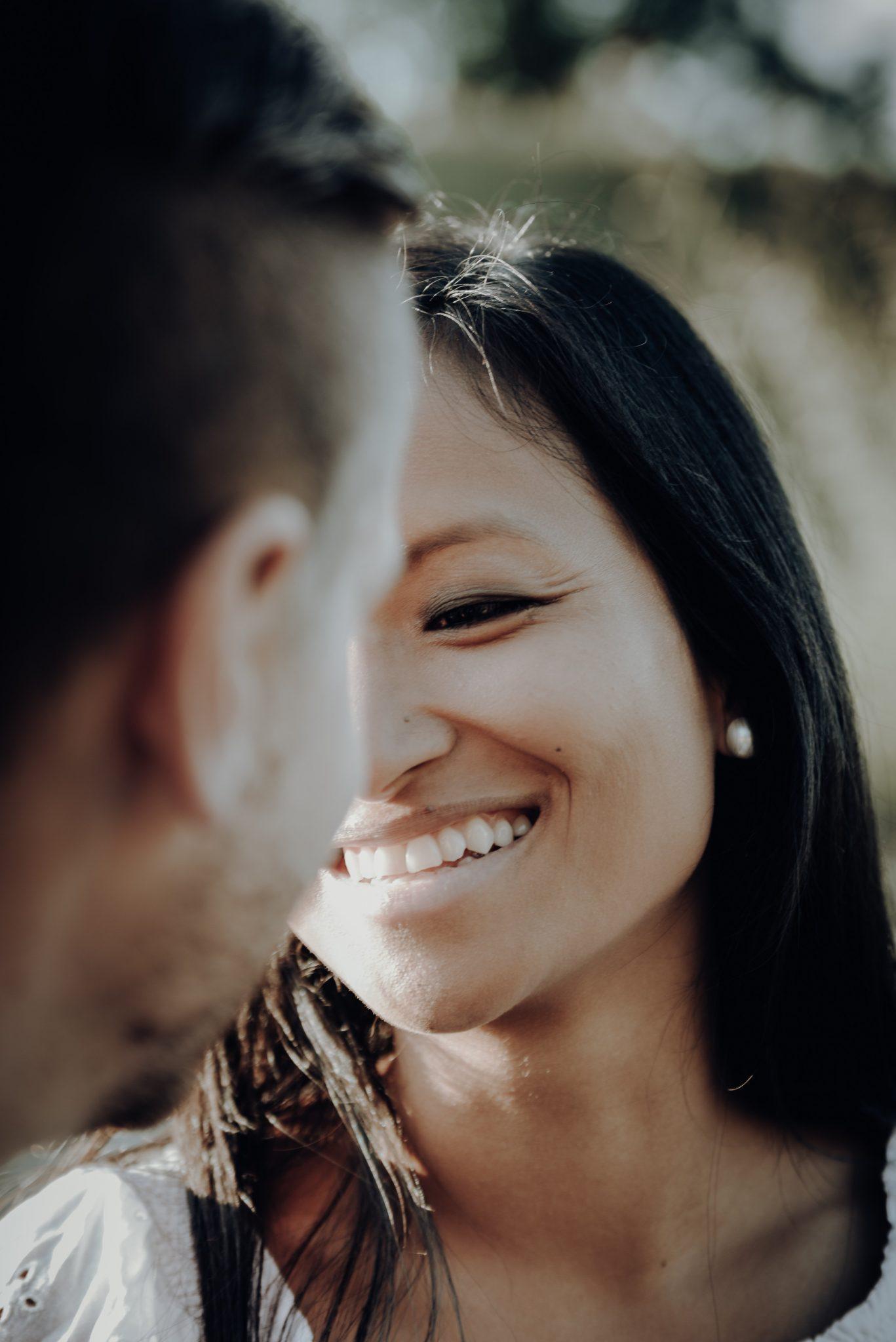Frau lächelt Mann an