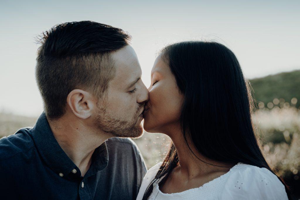 Mann und Frau, küssend