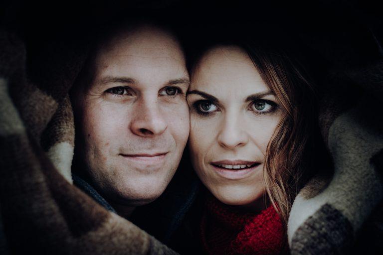 Nahaufnahme, Mann und Frau in Decke gewickelt