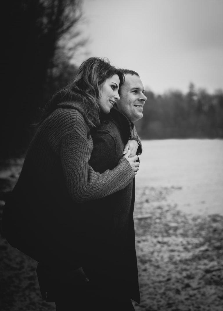 Mann trägt Frau huckepack / schwarz-weiß