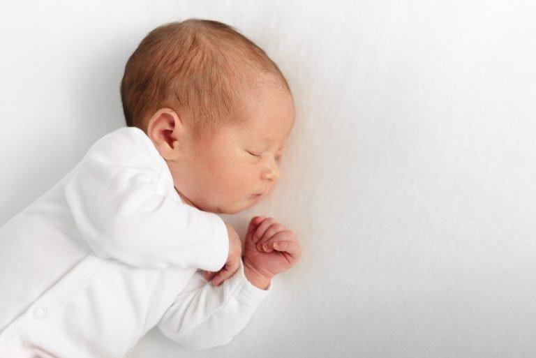 Nahaufnahme von seitlich schlafendem Baby